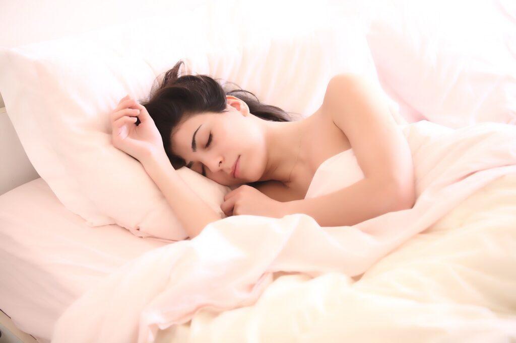 Kvinde, der sover efter at have lyttet til sov godt-meditation fra Tanke-Feltet