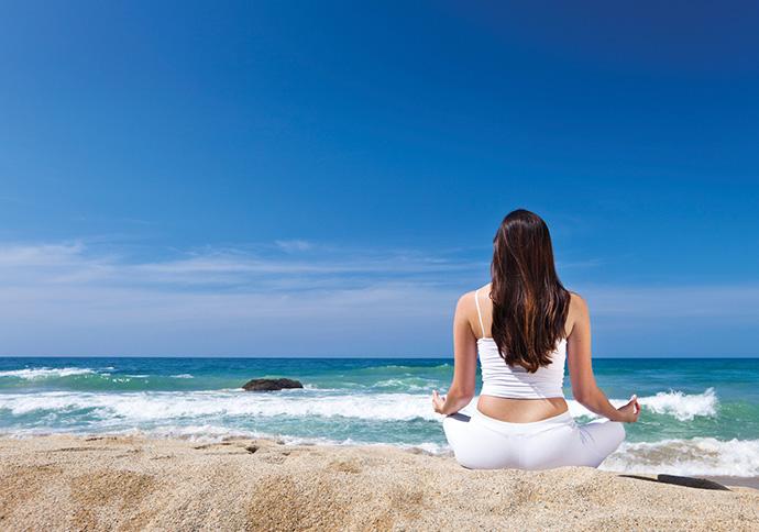 På mit online-kursus i mindfulness lærer du at meditere, f.eks. ved stranden.